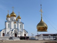 Соборная колокольня увенчана куполом с крестом