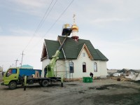 Храм в поселке Октябрьский увенчан куполом с крестом