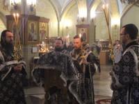Правящий архиерей совершил вечерню с чинопоследованием пассии в кафедральном соборе во имя Святой Живоначальной Троицы