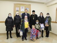 Детям из кризисного центра «Мамино гнездышко» вручили подарки руководитель социального отдела и депутат городской Думы