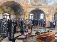 В Пятницу Страстной Седмицы Архиепископ Феодор совершил утреню с чином погребения в Морском соборе