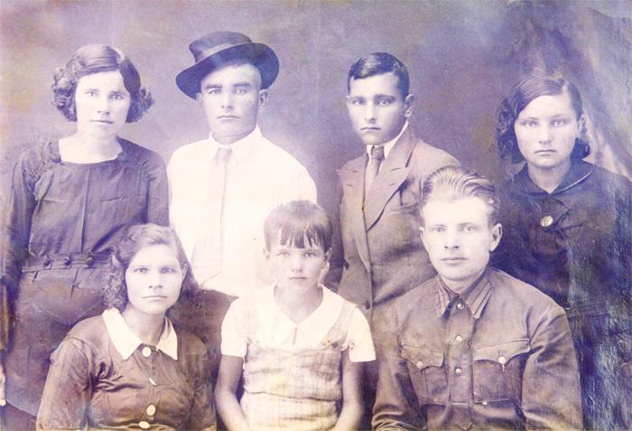 В первом ряду слева направо: сестра В.А. Мокшанова – Мария, дочь В.А. Мокшанова и Е.М.Мокшановой – Екатерина, муж Марии –Леонид; Во втором ряду слева направо: Е.М. Мокшанова, В.А. Мокшанов, брат В.А. Мокшанова – Василий, сестра – Клавдия. 1938 г.