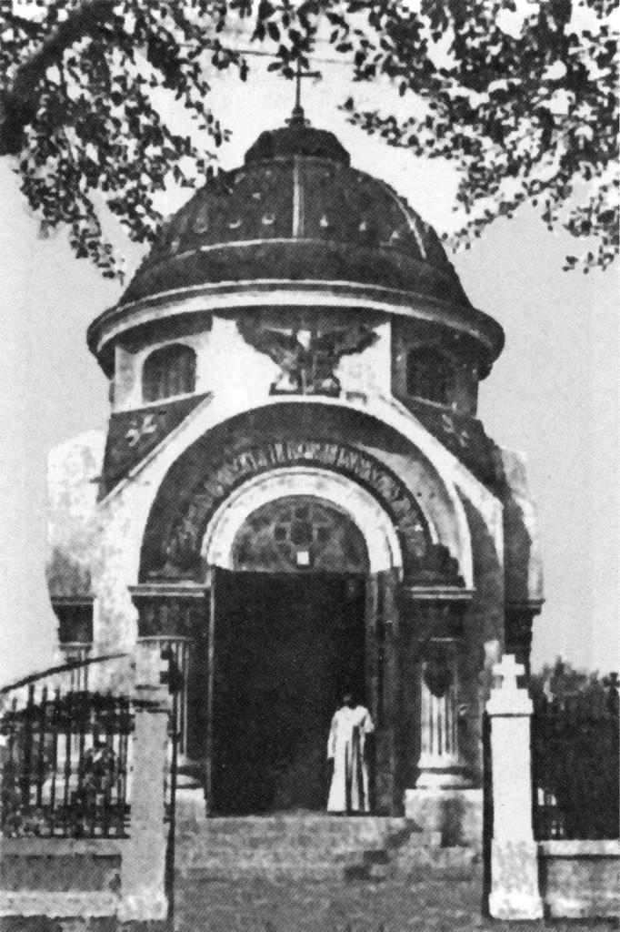 Архиепископ Нестор у входа в часовню венценосных мучеников в Харбине