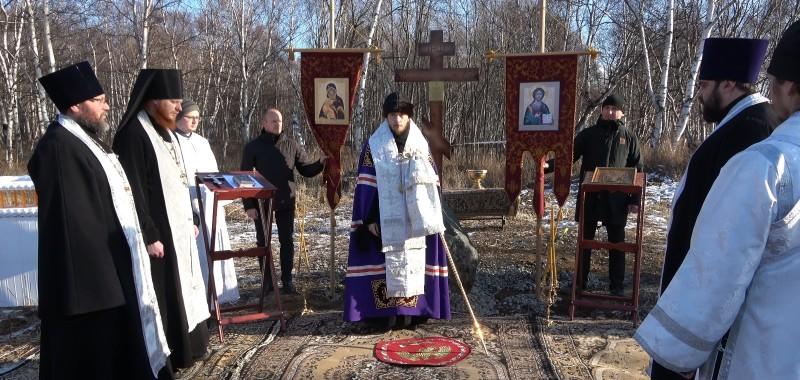 Архиепископ Феодор освятил Крест и место под строительство храма в честь Благовещения Пресвятой Богородицы