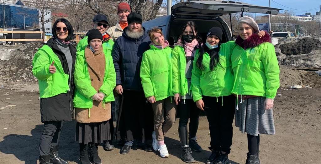 В праздник Благовещения добровольцы епархии раздали продукты и теплые вещи бездомным