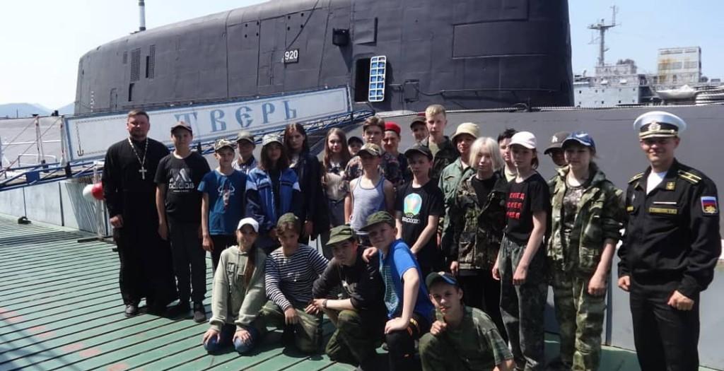 """Воспитанники патриотического лагеря """"Пересвет"""" посетили воинские части подводных сил и морской авиации ТОФ"""